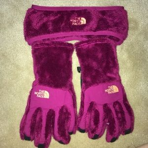 Matching north face gloves and earwarmer! BrandNew